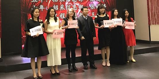 为忠诚员工颁发奖座和奖金(RCC天津公司年会)