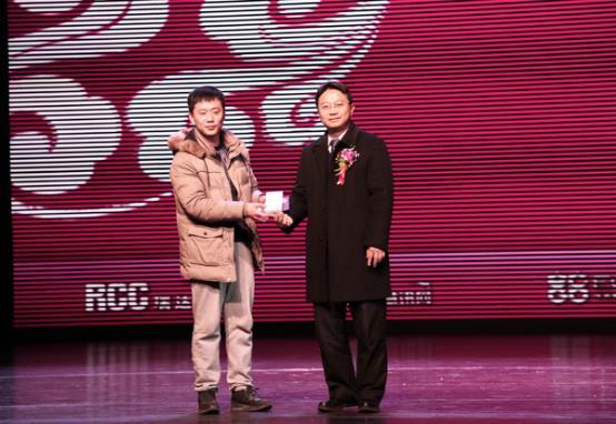 瑞达恒领导为一等奖(iPhone6)获奖嘉宾颁奖