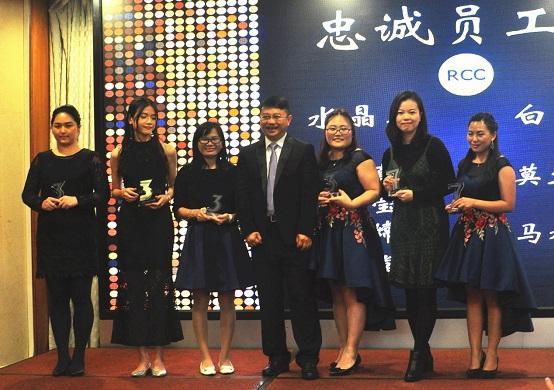 为忠诚员工颁发奖座(RCC广州公司年会)