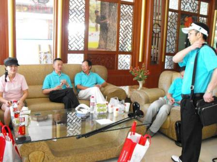 专程从台湾赶来的乔登卫浴董事长许铮峯(左三)与地产商赛前交流