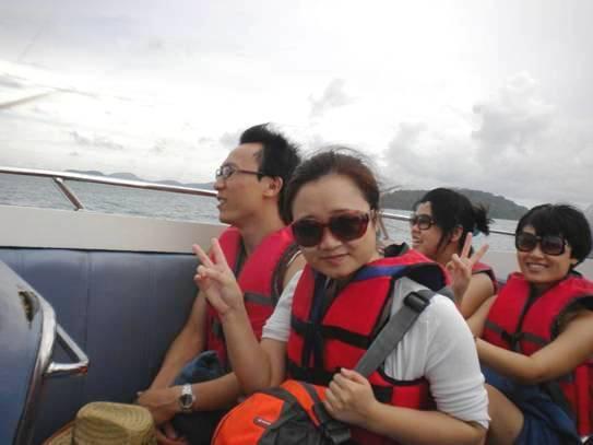 坐在乘风破浪的高速快艇上