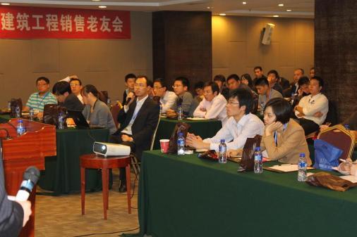 嘉宾聆听RCC工作人员介绍关系网功能(上海RCC关系网老友会)