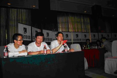 RCC总经理姚一作为拉歌评委为红蓝两队点评