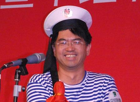北京万年基业建设投资有限公司总经理黄玺庆表演节目