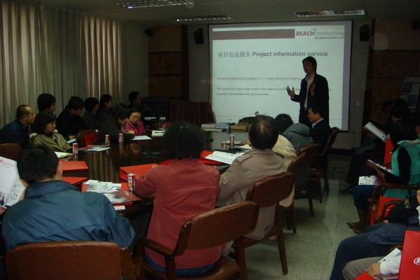 瑞达恒北京分公司经理Ricky Yao向设计师介绍瑞达恒的服务